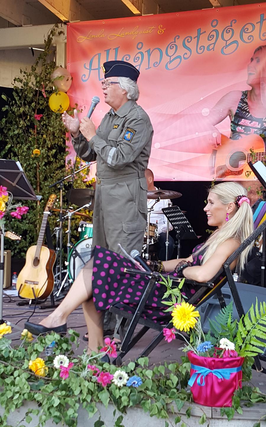 Per Dunsö som Tullaren dök upp på scen tillsammans med Linda Lundqvist och Allsångståget. Foto: Sven Pettersson.