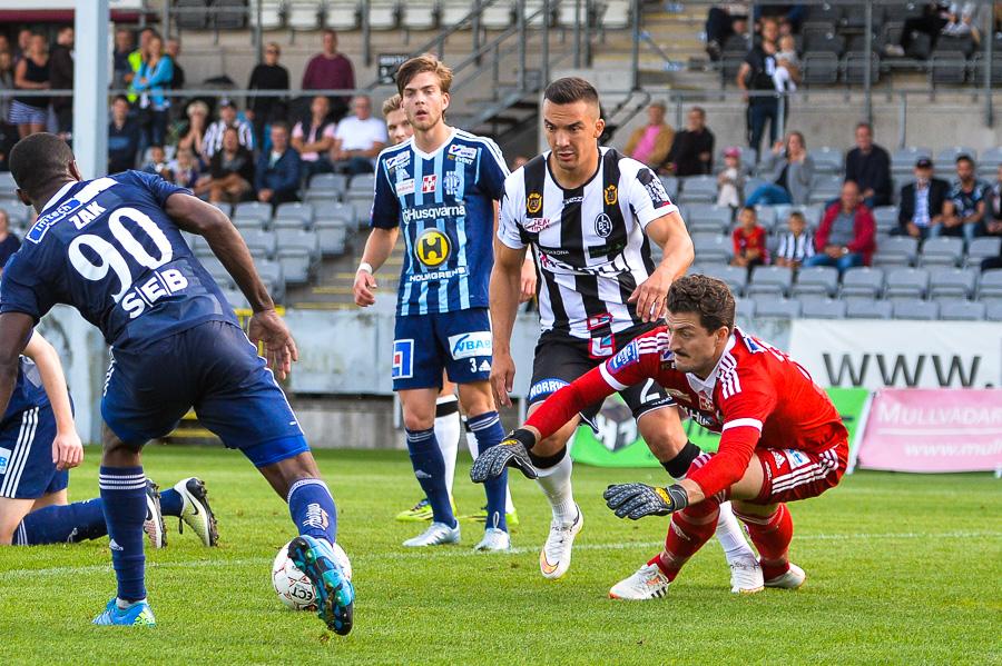 Även Admir Aganovic byttes in i andra halvlek men inte heller han lyckades få hål på Husqvarna. Foto: Ulf Bjarke, Foto261.se
