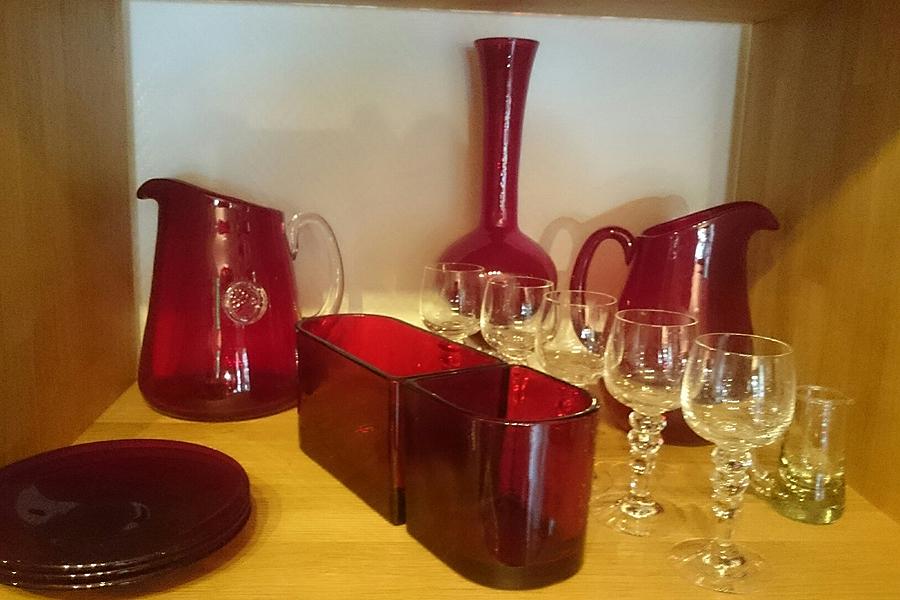 """Det finns en hel del glas i butiken. De flesta objekten kommer från tiden då Tommy Persson hade sin """"glasperiod""""."""
