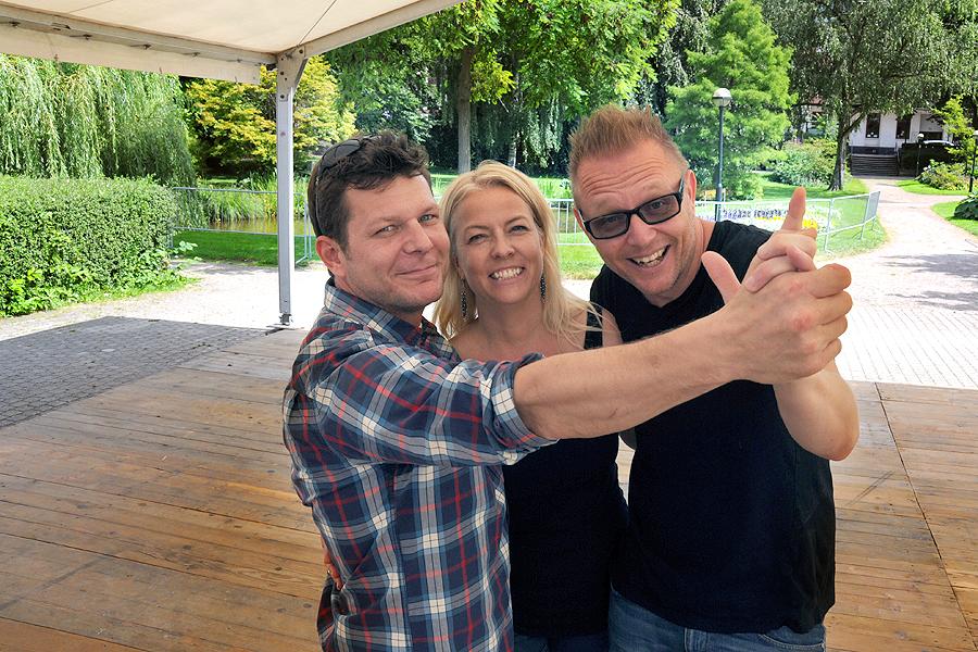 Karnevalsledningen, det vill säga Niclas Lundblad, Lena Bergkvist och Dennis Westerberg tar en sväng om i Slottsparken. Här kommer det att kunna dansas till tango, linedance, dansband och reggae.