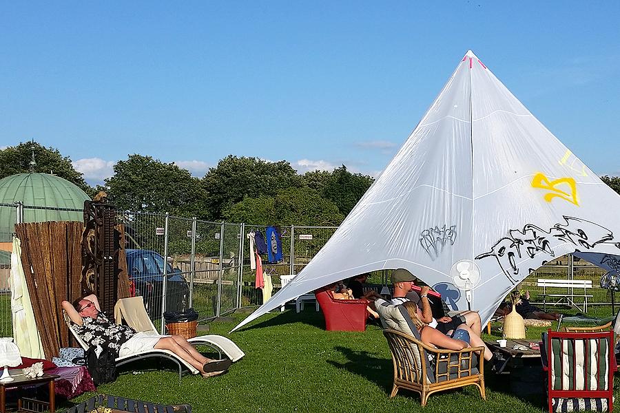 På festivalområdet fanns det gott om sitt- och viloplatser såväl i flödande solen som i skugga.
