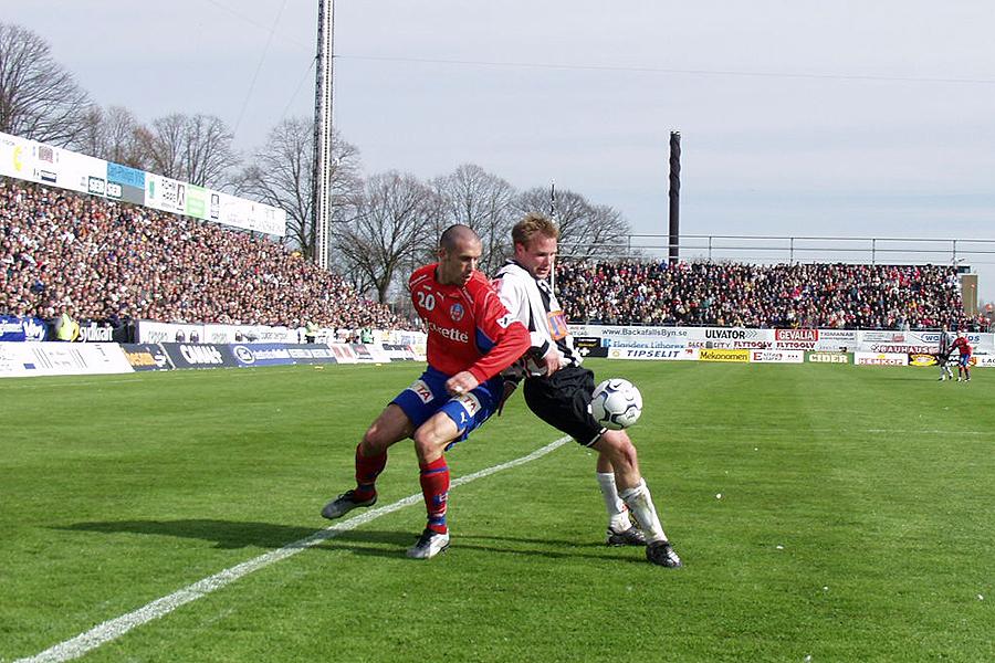 Rade Prica i kamp med Anders Friberg i den klassiska 6-2 matchen 2002.