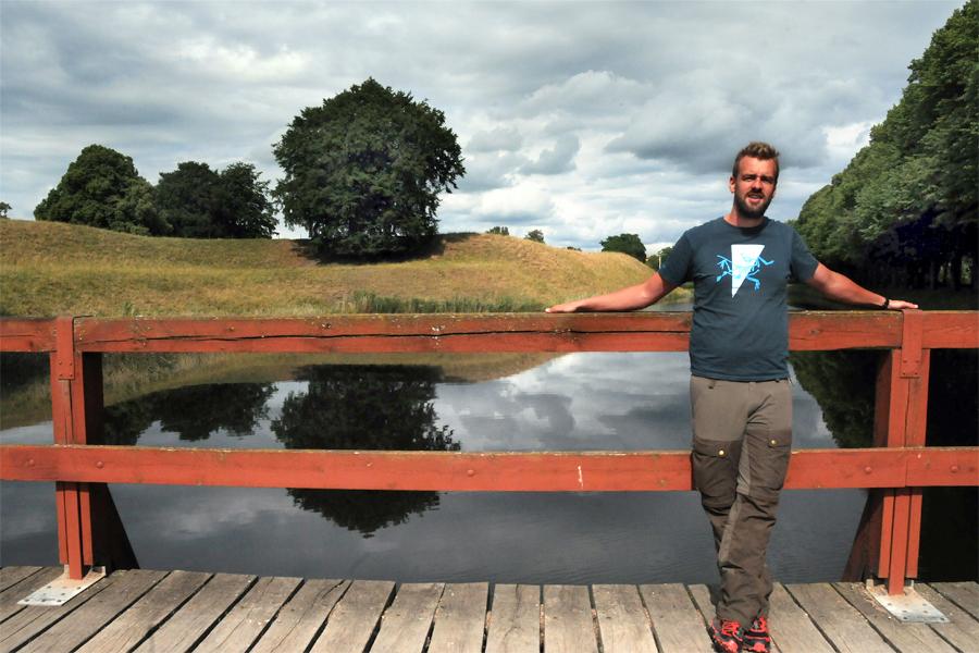 Sam Andersson befinner sig vid ett betydligt större vattendrag än vallgraven just nu.