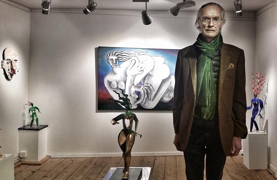 Timo Solin, svensk/finsk skulptör och målare räknas som en av Sveriges mest kända nutidskonstnärer. - På senare år har han skapat kraftfulla och expressiva skulpturer i plåt, ofta med starka blåa och röda färger. Hans skulpturer engagerar betraktaren och lämnar ingen oberörd, skriver auktionsfirman Bukowski i en beskrivning av konstnären och nog är det så. Foto: Håkan Karlsson.