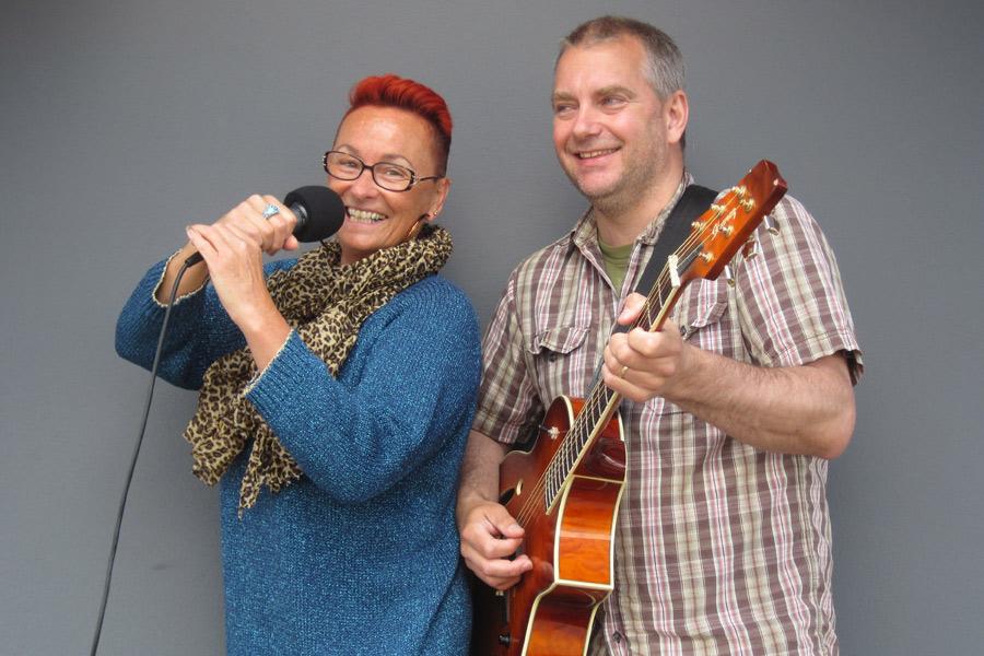 Louise Östberg och Johan Nilsson utgör duon Twice Time vilka uppträder på Slottscaféet på fredag. Foto: Pressbild