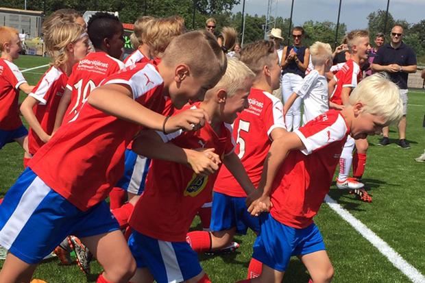Spelare från Borstahusens Bollklubbs ungdomsavdelning var med och invigde idrottsplatsen. Foto: Ronja Karlsson.