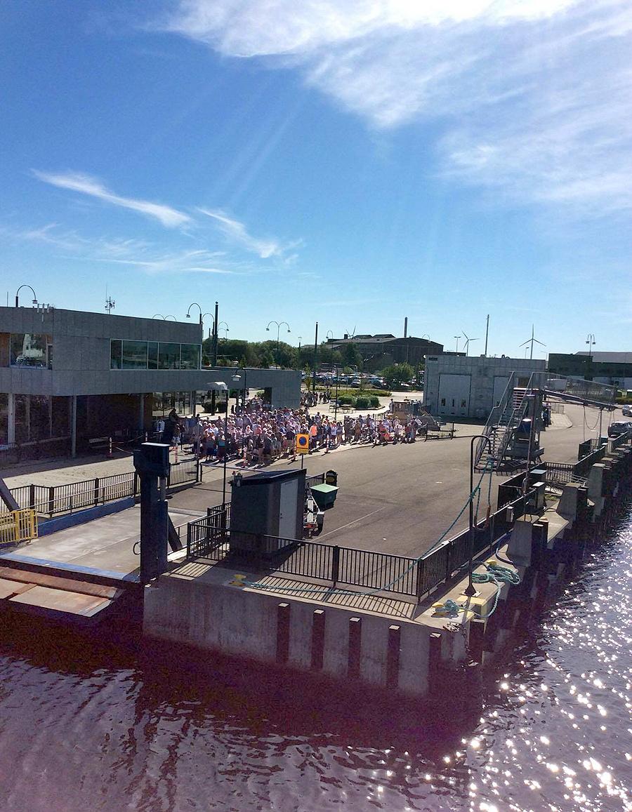 Pokemonjägare och semesterfirare på väg till Ven. Plus en hel båt fem minuter innan. Det är högtryck på ön. Foto: Måns Back Nilsson.