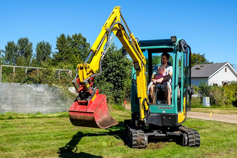 Här provar far och dotter på att köra grävmaskin. Foto: Ulf Bjarke – Foto261.se