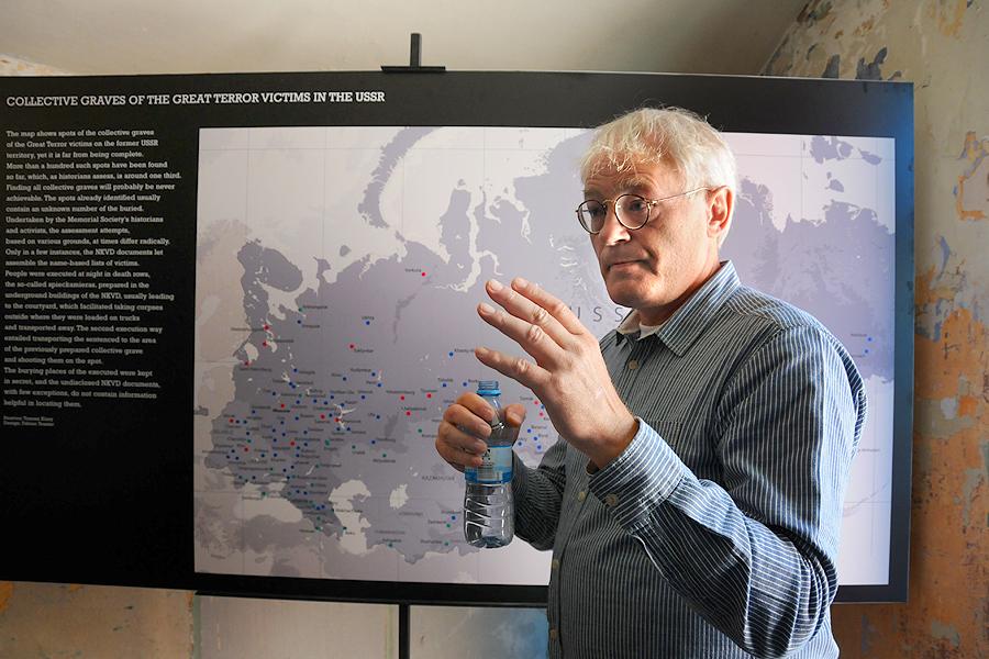 Tomasz Kizny är fotograf och journalist och bildade 1982 Dementi, den hemliga agenturen för fotografer. Han är erkänd forskare och har studerat kommunismens brottshistoria.