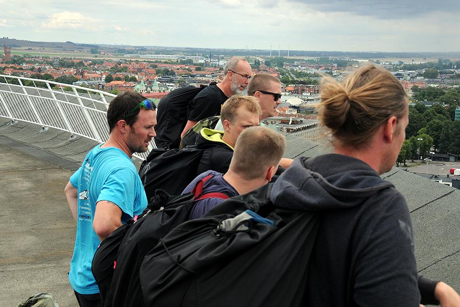 De sex hopparna har just kommit upp på vattentornet. Foto: Jonas Arancic Englund