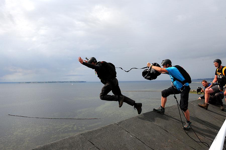 Spektakulära fallskärmshopp från vattentornet