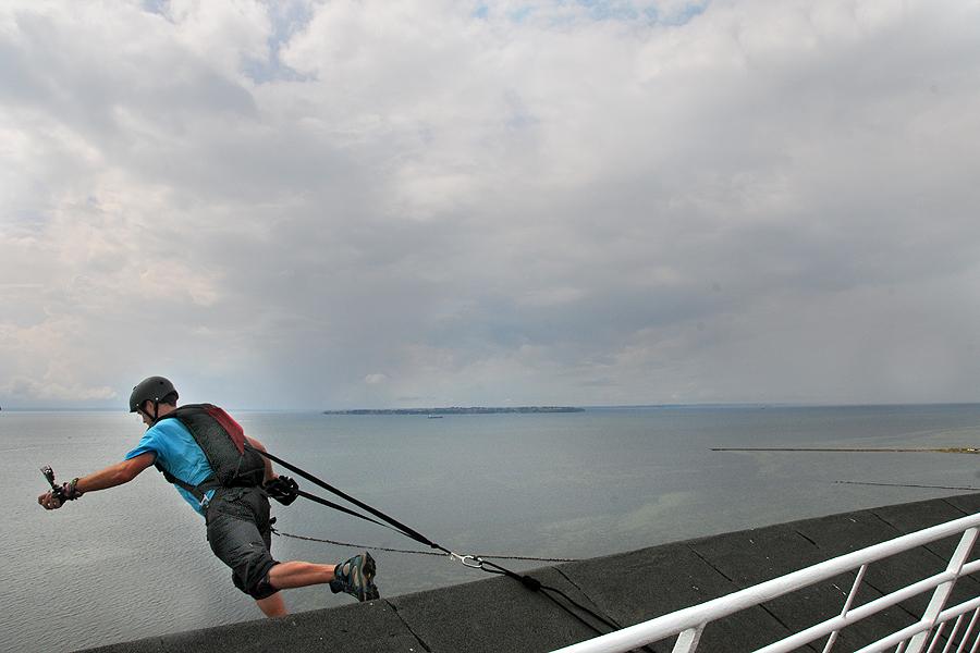 Siste man att hoppa. Kvar står bara fotografen.  Foto: Jonas Arancic Englund