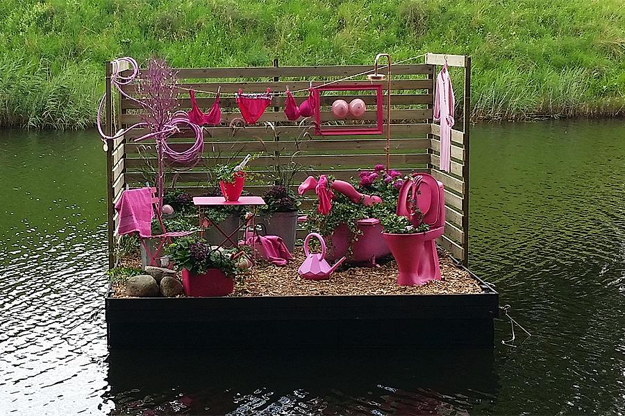 Några av stadens handlare har gått samma och på temat rosa och bröst skapat en flotte som ska ses som ett smakprov inför höstens kommande samverkansaktivitet 15 oktober då är det Breast Health Day och Höst i Landskrona.