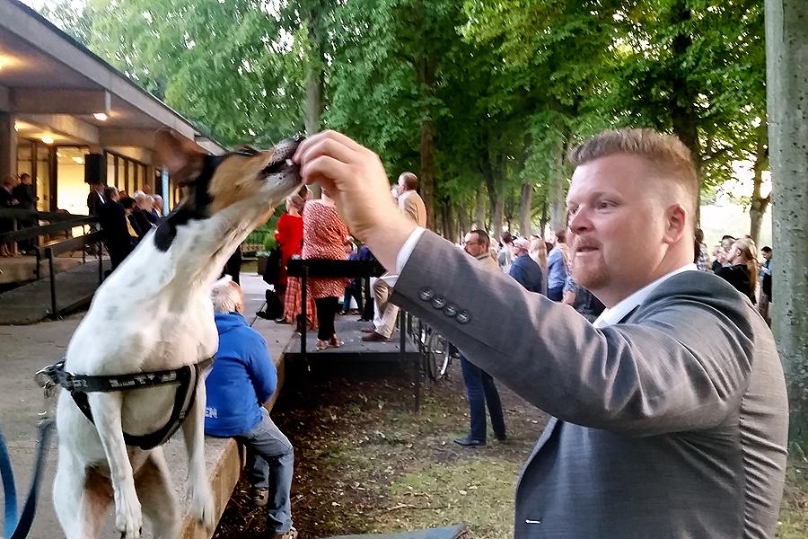 Vid fjolårets invigning bjöd kommunalråd Jonas Esbjörnsson (S) på lite improviserad hunduppvisning. Invigning: Vid årets  invigning fredagen den 19 augusti kl. 20:00 på Landskrona konsthall kommer Hasse Persson att invigningstala.