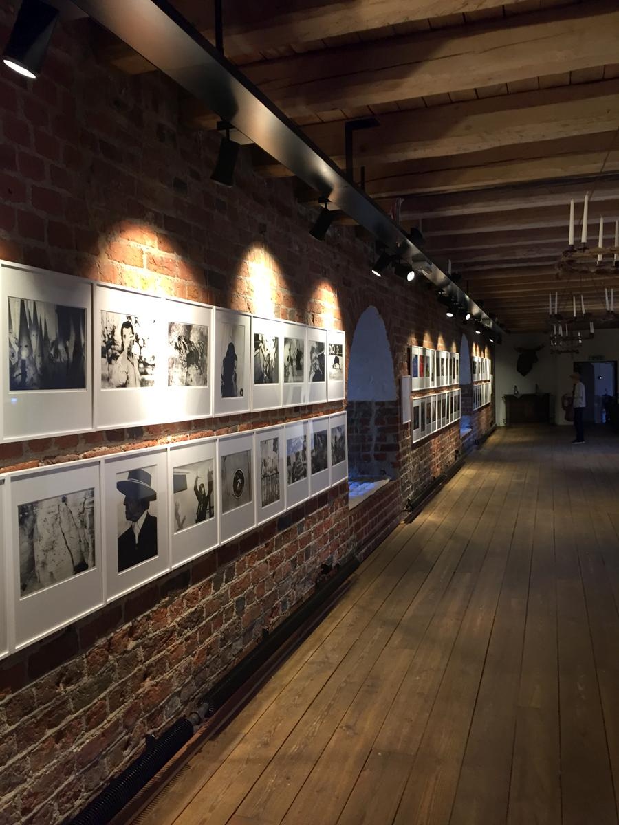 Håkan Elofssons utställning Dansa mig hänger i huvudbyggnaden på Citadellet.