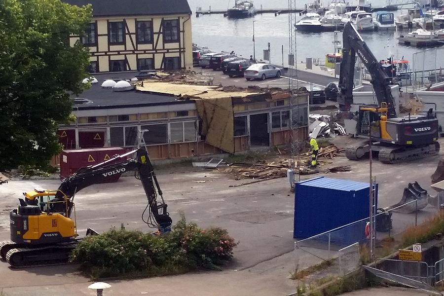 Under ett par veckors tid har grävskoporna rivit, demonterat och återvunnit material från Köpenhamnsterminalen.