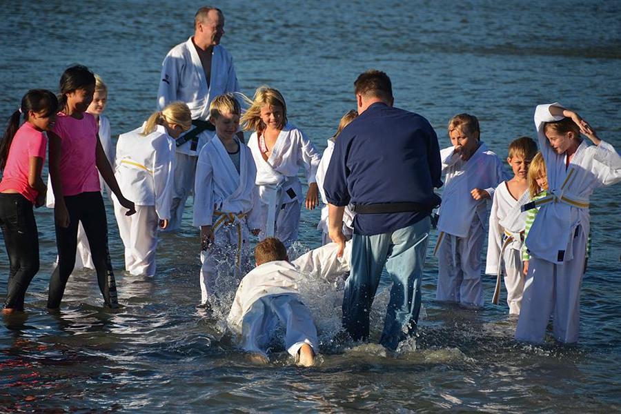 Träna jujitsu i vattenbrynet