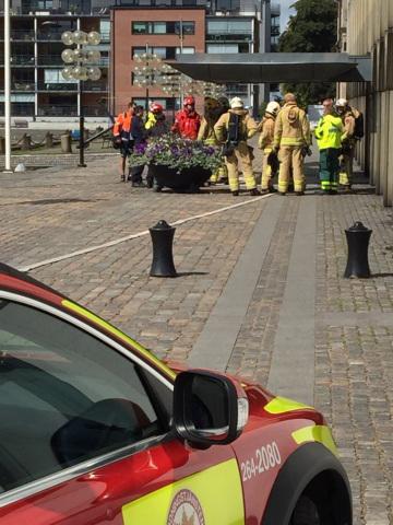Räddningstjänsten och polisen var snabbt på plats. Klockan 11.52 hävdes avspärrningarna och personalen kunde återvända till sina arbetsplatser.