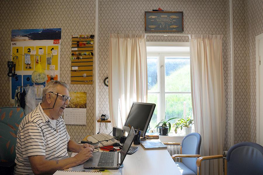 Sven Segerman är en entusiast som ser till att ha koll på fisket i den inre vallgraven.