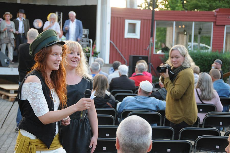 Mellan de spikade artisterna hölls allsång. Här går Ida Wiklund och Elona Planman runt och låter publiken sjunga.