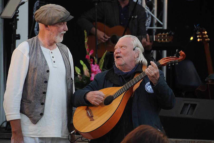 Under en allsång sågs Ewert Ljusberg och Pierre Stöm ta till ton.