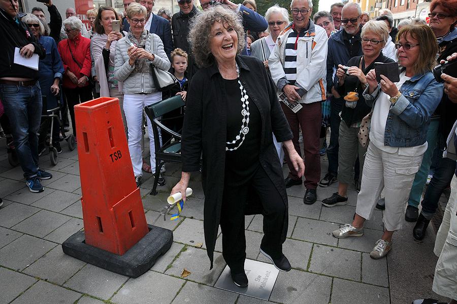 - Trampa försiktigt på mig, uppmanade Siw Malmkvist den stora skaran Landskronabor som kommit för att beskåda invigningen av minnesplattorna.
