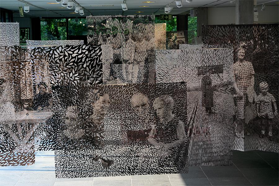 I Elisabeth Moritz utställning Im-presens använder sig konstnären av sin tyska familjehistoria och utgår huvudsakligen från bilder ur familjens fotoalbum. Hennes arbete skildrar en process; ett sökande efter identitet och ursprung.