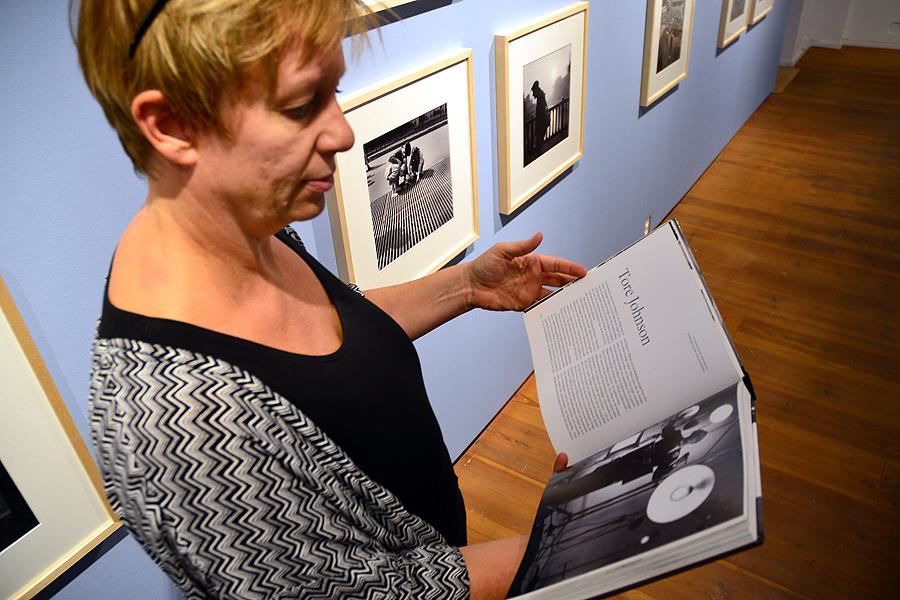 Åsa Karlsson läser på om Tore Johnson.