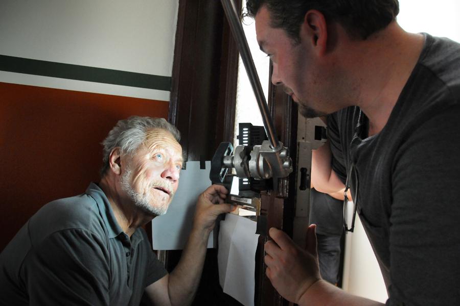 Bakom kulisserna på filminspelningen av Bitch. Csaba Bene Perlenberg instruerar Lars-Erik Berenett.