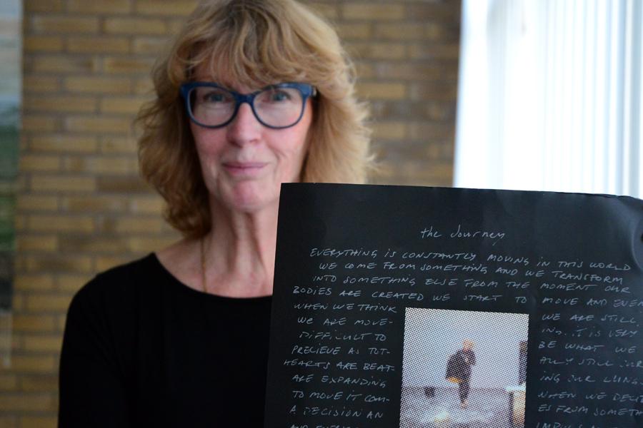 Cecilia Kraitiss, ordförande i den nystartade föreningen Landskrona Musik & Teater håller upp affischen som gör reklam för fredagens dansföreställning på Landskrona Teater.