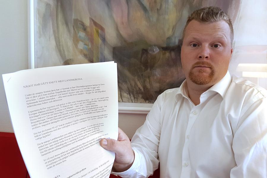 """Jonas Esbjörnsson håller upp ett exemplar av det brevmed rubriken """"Något har gått snett med Landskrona"""" som sju direktörer i Landskrona skrev inför valet 2006. En av de som undertecknade brevet var nuvarande opolitiske ordförande Börje Andersson. - När jag läser detta samt det nya förslaget som ska upp till fullmäktige nu är jag övertygad om att det är Börje Andersson som skrivit båda. Det är tydligt att brevet från 2006 ligger till grund för den omorganisation som vi står inför om kommunfullmäktige går på treklöverns linje, säger Jonas Esbjörnsson."""