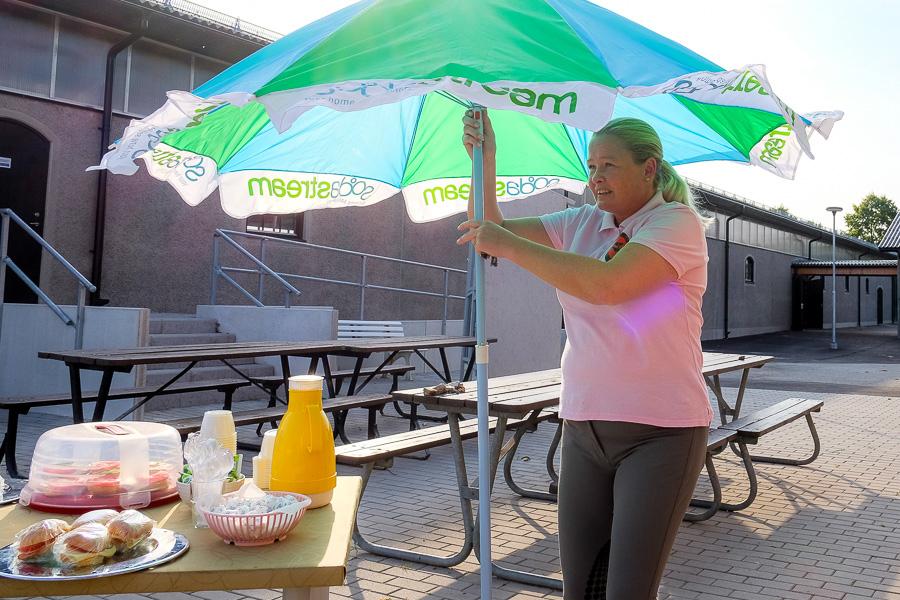 Nina Persson, ridskolans chef,  iordningställer kiosken inför tävlingen.
