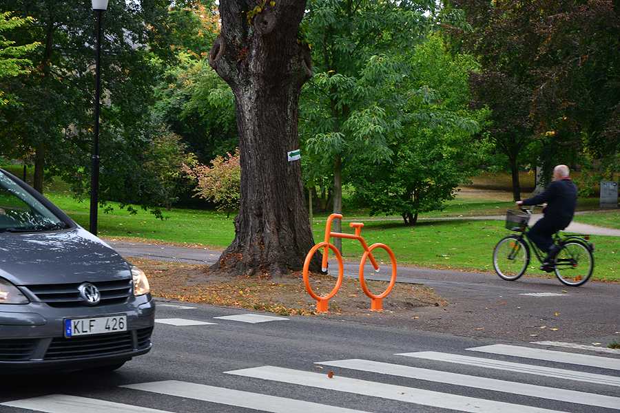 Brandgult visar (cykel)vägen