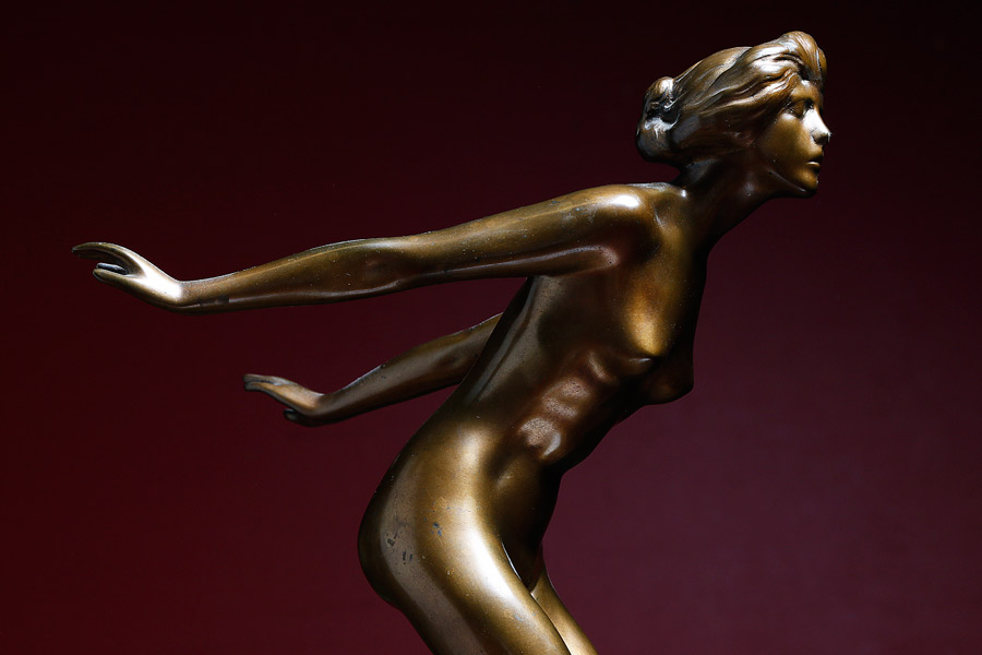 """Bronsskulpturen """"Lättare än luft"""", signerad Axel Ebbe har ett utropspris på 25000-30000 kronor."""