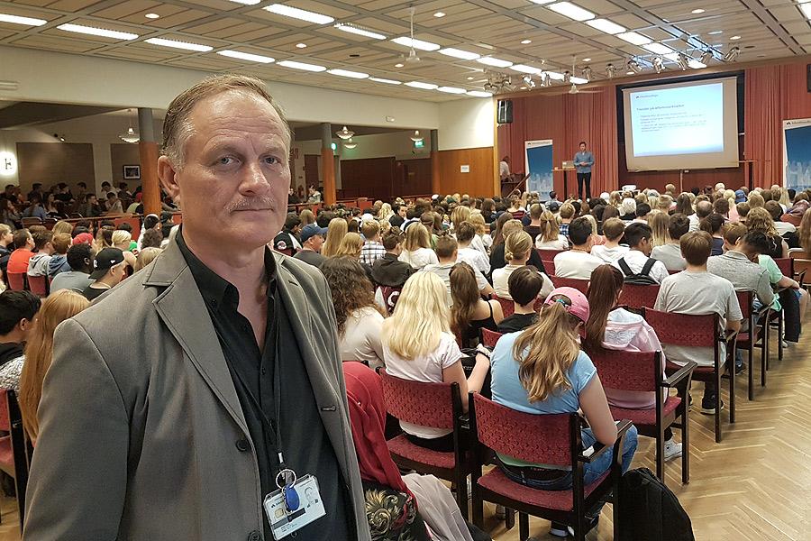 Tommy Andersson på Arbetsförmedlingen gläds åt det stora intresset för IT-mässan på Folkets Hus,