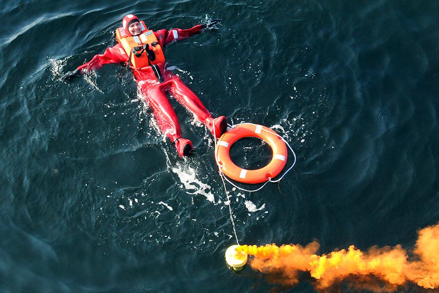 Man överbord. Snabbt var livbojen kastad mot personen som hamnat i vattnet.