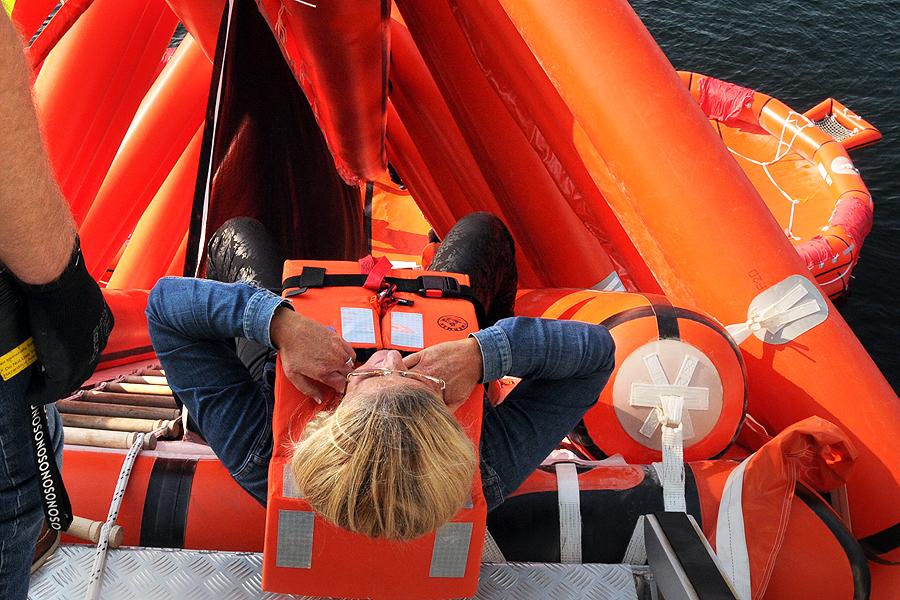 Styrelseledamoten Jenny Tillander på väg att evakuera skeppet.