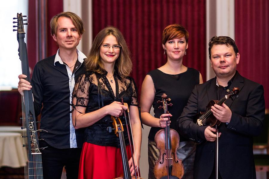 Scania Consort är en stor ensemble i litet format. Ensemblen består av Fredrik From och Hannah Tibell på barockviolin, Judith-Maria Blomsterberg på barockcello och Fredrik Bock på lutor. Foto: Rickard Hansson.