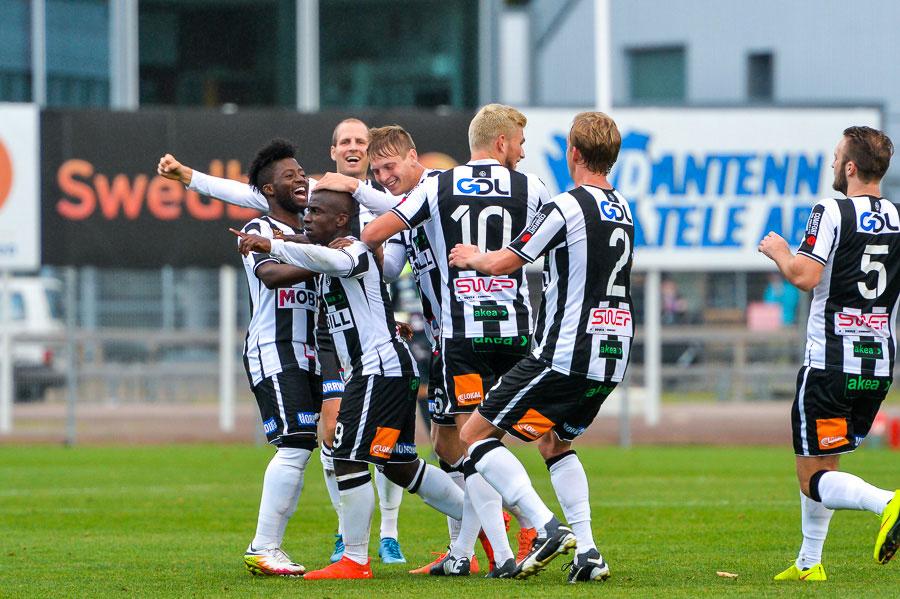 ...och några sekunder senare hyllas han av sina lagkamrater efter att han gjort ett av de vackraste målen på IP på flera år. Foto: Ulf Bjarke, Foto261.se