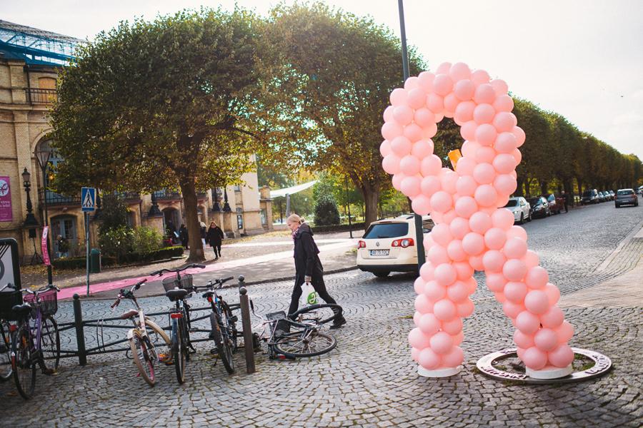 En rosa rosett gjord av ballonger stod sig fint trots det hårda vindarna. Foto: Leo Erdfelt