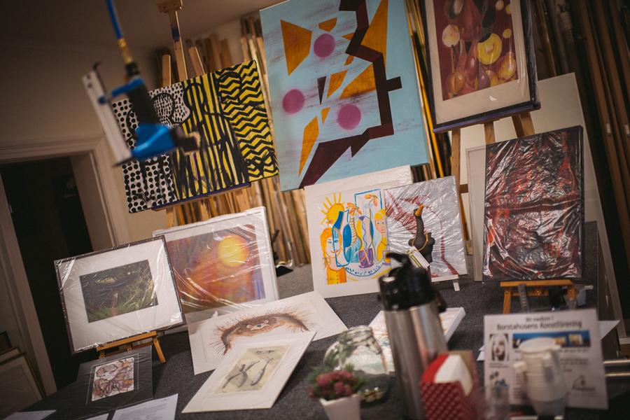 """Många passade också på att ta en titt i skyltfönsterna där det veckan ut visas """"Konst på stan""""."""