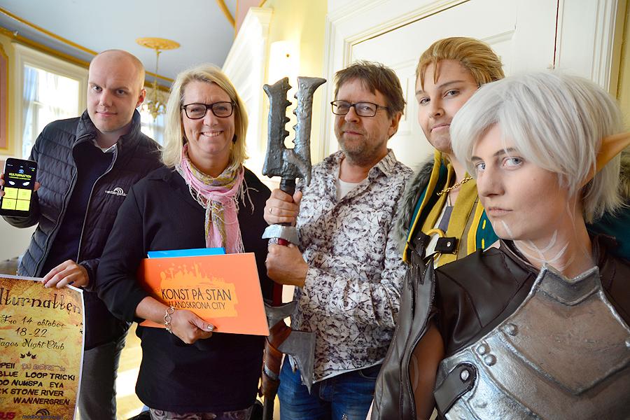 Anders Axelsson från Medborgarskolan, Jannicke Larsson samordnare för Konst på stan, Lasse Odeholm från Senus samt Louise Bergström och Susanne Lundh som Anders och Fenris.