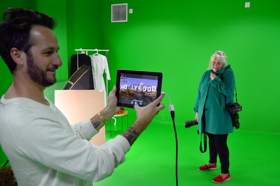 Landskrona Postens fotograf, Britt-Mari Olsson, fick agera modell med sin gröna kappa samtidigt som Maciej Kalymon förklarade hur tekniken fungerade. Med en bakgrundsbild eller film kan man få in modellens huvud