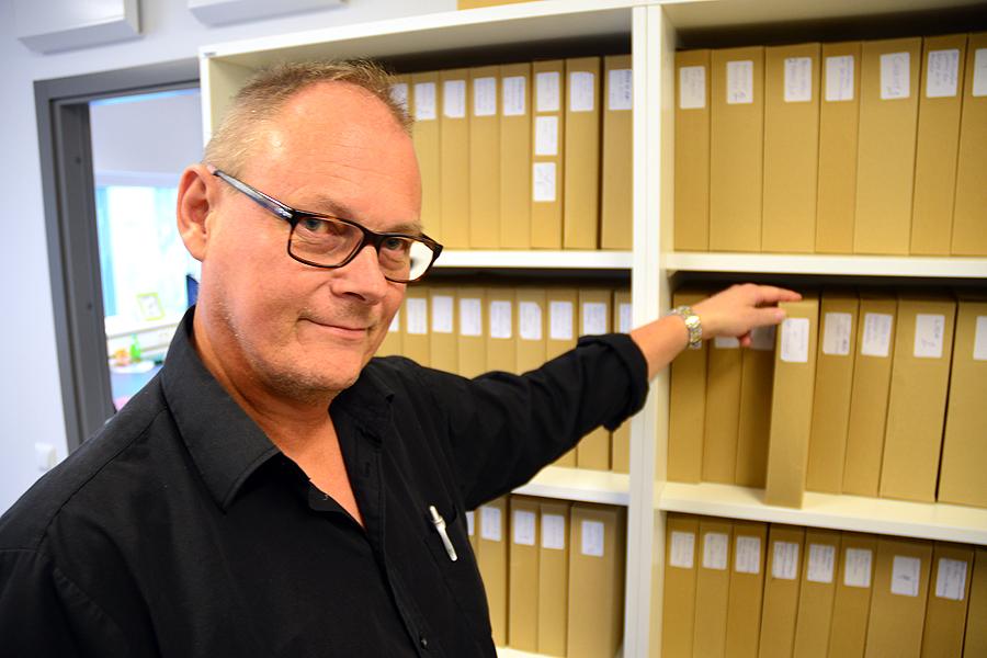 Som skolans producent gäller det för Peter Cemjack att bland annat ha koll på STIM-avgifter och upphovsrätt. Här bland manuskripten som en gång i tiden var Skånska Teatern.