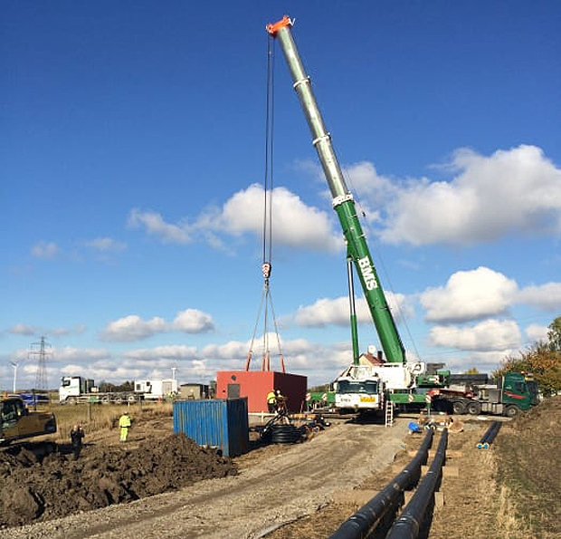 Den nya pumpstationen lyfts på plats i Häljarp. Foto: Landskrona Energi.