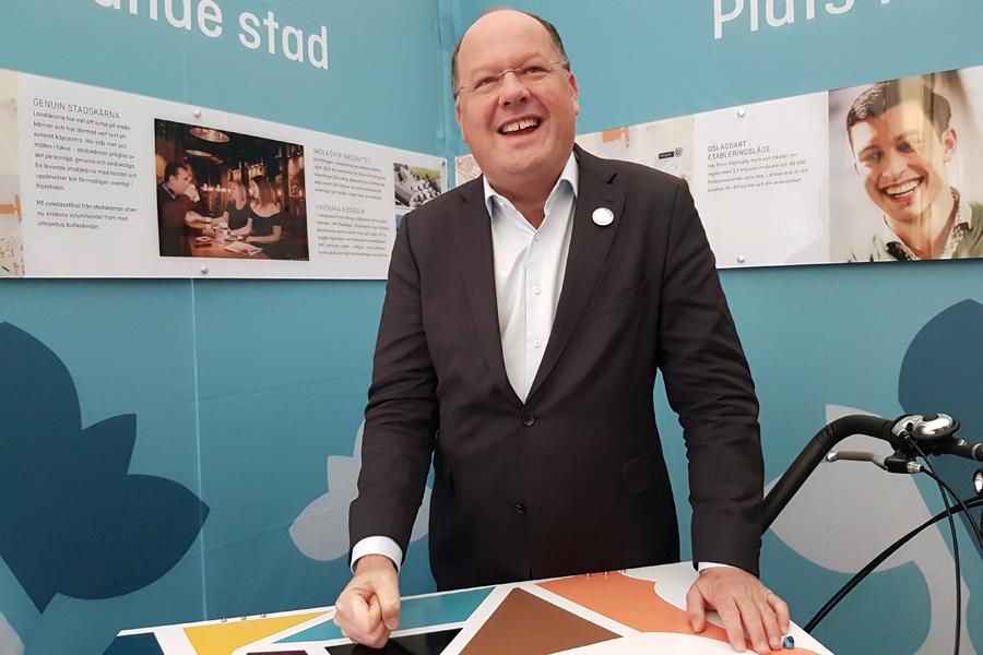 Torkild Strandberg övade lite som auktionsutropare under förmiddagens mässbesök på Kasernplan.