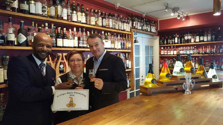Kokeb Tefera, Camilla Ericsson och Henric Molin höjer på whiskyglasen efter att Spirit of Hven utsetts till Sveriges bästa whiskykrog.