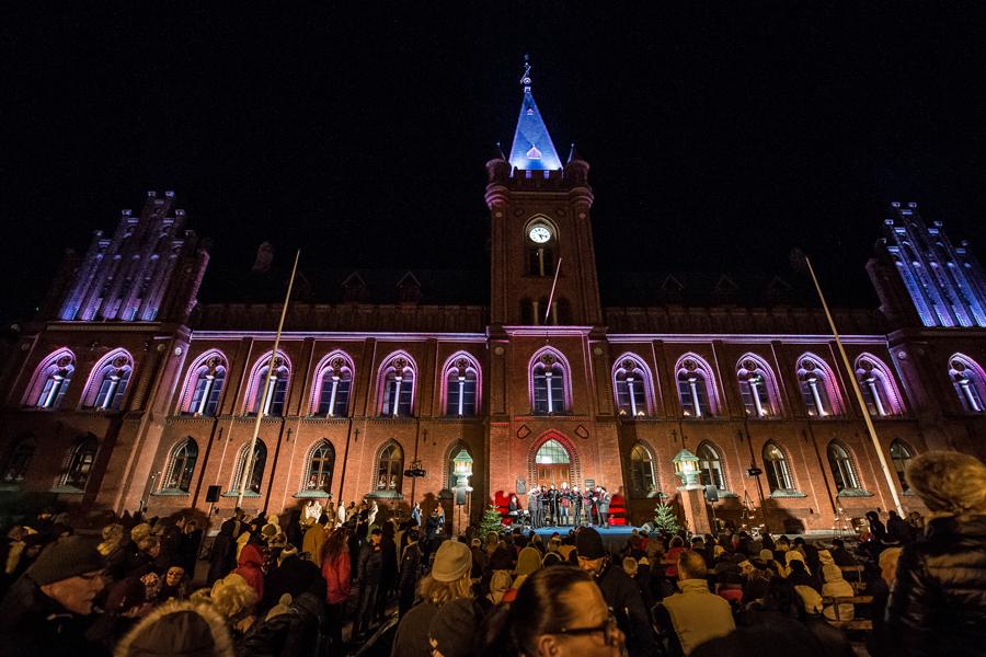 BILDEXTRA – Adventskonsert lockade många till Rådhustorget
