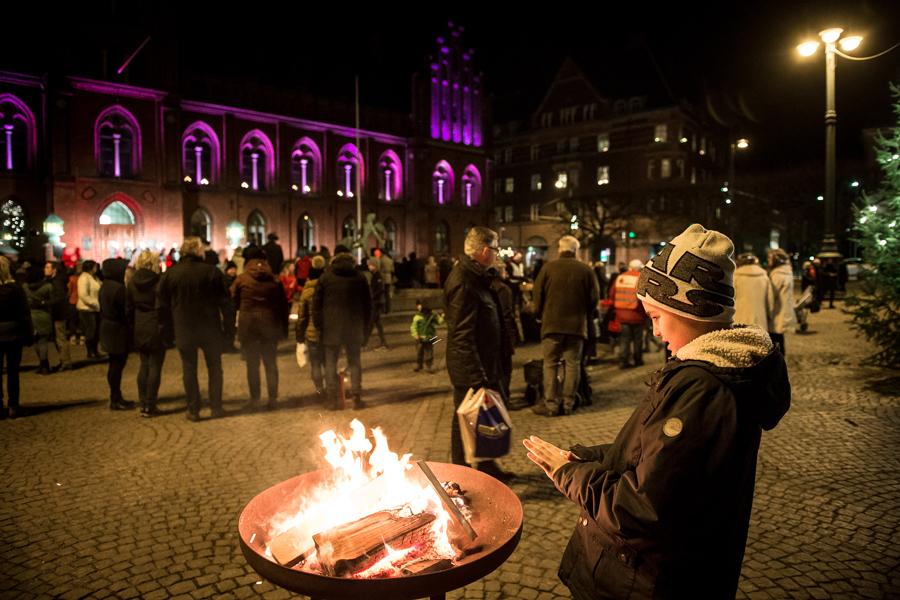 Det fanns gott om eldar på torget att värma sig kring. Foto: Josefin Larsson.