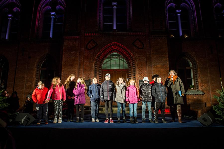 Barn från Cityidrott hjälpte till att tända julgranen.Foto: Josefin Larsson